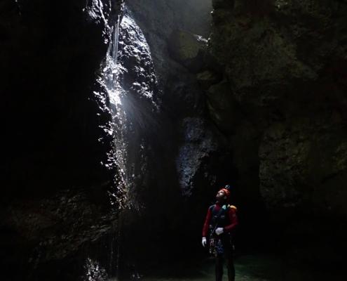 Ammirando il lavoro dell'acqua negli abissi della montagna