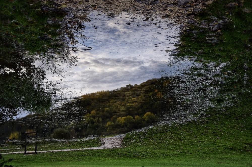 Pozzanghere e illusioni – L'acqua è vita e qualsiasi cosa ci si rifletta prende vita